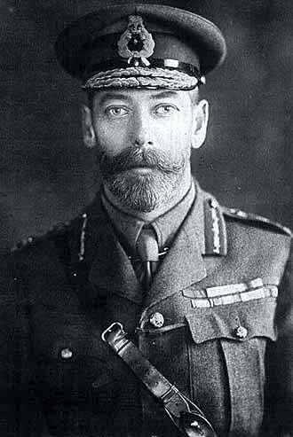 Jerzy V w angielskim mundurze.