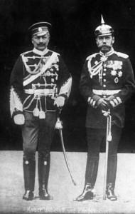 Przebieranki, czyli cesarz Wiluś w mundurze rosyjskim i kuzyn car Mikołaj w mundurze pruskim.