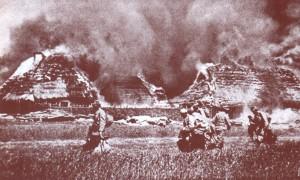 Żołnierze palą zabudowania przed ofensywą